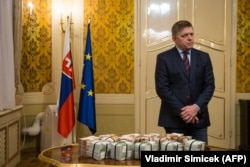 Премьер-министр Словакии Роберт Фицо и миллион евро, обещанный им за информацию об убийцах Яна Куциака и Мартины Кушнировой.