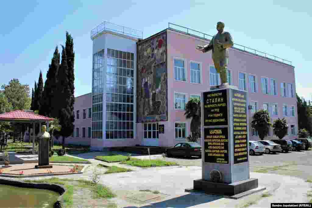Памятник хорошо виден с дороги. Попросив охранников, можно подойти к нему поближе и сфотографировать.