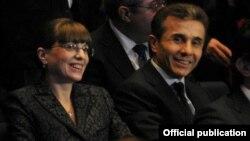 Վրաստան - Բիձինա Իվանիշվիլին տիկնոջ հետ մասնակցում է իր հիմնադրած «Վրացական երազանք» շարժման շնորհանդեսին, Թբիլիսի, դեկտեմբեր, 2011թ.