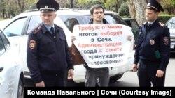 Дмитрий Титков проводит акцию протеста с требованием отменить итоги президентских выборов. Сочи, 27 марта 2018 года.