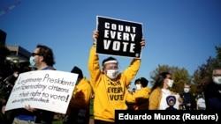 Számoljanak meg minden szavazatot, követeli egy tüntető Pennsylvaniában 2020. november 4-én