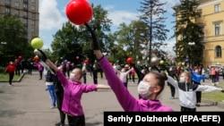 Девушки-гимнастки в защитных масках во время тренировки. Киев, июнь 2020 года.