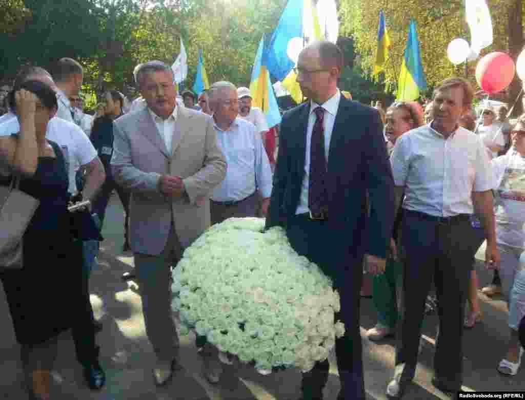 Представники Об'єднаної опозиції, які обрали Тимошенко першою у виборчому списку до Ради, приїхали на річницю ув'язнення до Харкова і передали у лікарню букет із 365 троянд, по одній на кожен день за ґратами.