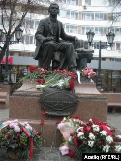 Памятник поэту Габдулле Тукаю в Москве