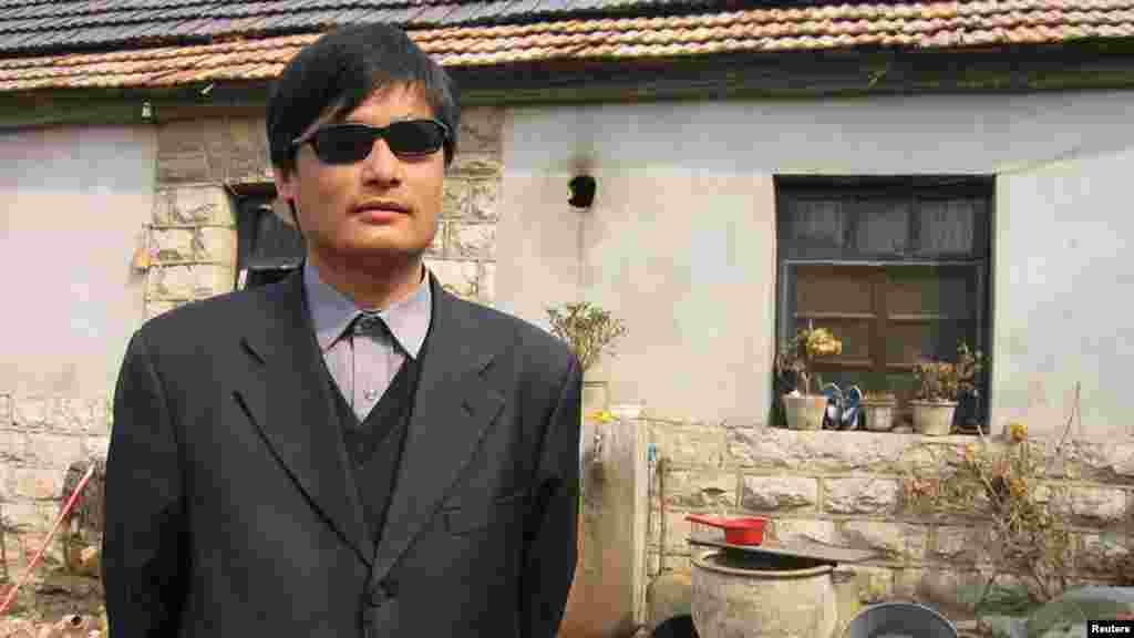 """Chen Guangcheng (12 nëntor 1971) është aktivist kinez, që ka punuar në çështjet e të drejtave të njeriut në Kinë. I verbër që nga mosha e re, Chen është përshkruar shpesh si një """"avokat"""", i cili mbron të drejtat e grave dhe mirëqenien e të varfërve. Ai është i njohur për publikimin e dyshimeve për abuzime në familje, praktikat e planifikimit familjar, pretendimet për dhunë dhe abortet e detyruara. Pas 4 vjetësh, Chen u arratis nga arresti shtëpiak në prill 2012 dhe kërkoi strehim në ambasadën amerikane në Pekin. Muaj më pas, ai emigroi në SHBA me gruan e tij dhe dy vajzat."""