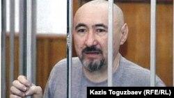 Арон Атабек сотта тұр. Алматы, 2007 жылдың қазаны.