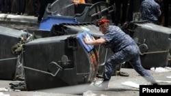 Policia armeniane duke larguar barrikadat e protestuesve në Jerevan