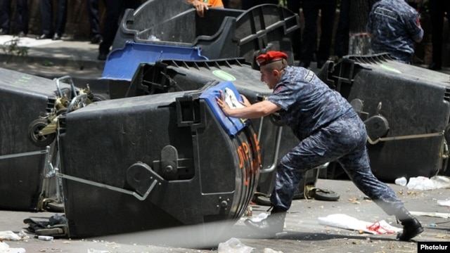 Armenia - Riot police remove a barricade on Marshal Bagramian Avenue, Yerevan, 6July2015.