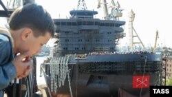 Главный вопрос, который профсоюз надеялся решить с помощью забастовки, – это многомиллионные долги по зарплате (На фото: верфи Балтийского завода в Петербурге, 2008 год)
