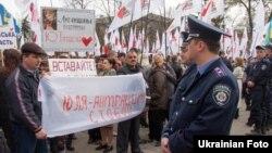 Собравшиеся у здания суда сторонники и противники Юлии Тимошенко