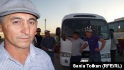 Рабочий компании Techno Trading LTD Нурлан Таласбаев. Жетыбай, 13 августа 2013 года.