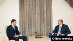 Президент Азербайджана Илхам Алиев (справа) принимает премьер-министра Грузии Зураба Ногаидели. Азербайджан поможет Грузии газом.