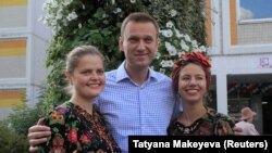 Alekseý Nawalny goldawçylary bilen surata düşýär.