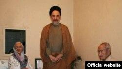 محمد خاتمی در کنار پدر و مادر زهرا رهنورد (عکس از : وب سایت کلمه)
