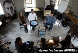 Презентация проекта «Гимназия» в Мариуполе. На фото: слева направо Анастасия Евдокимова, Андрей Палатный, Максим Демский