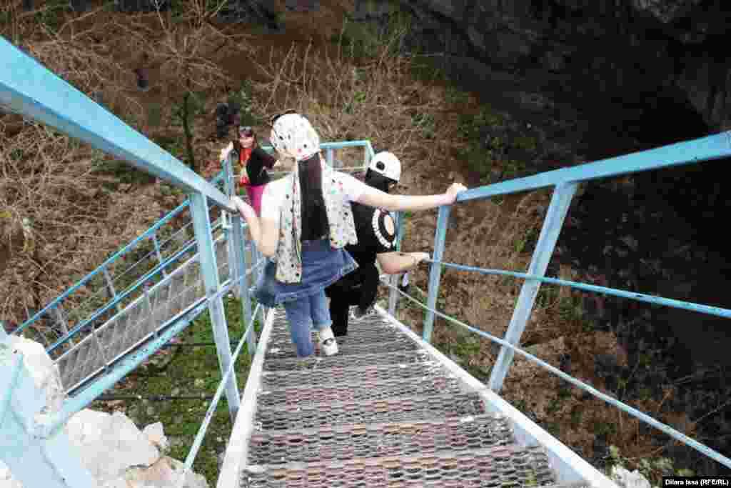 Спуск в пещеру по лестнице. Длина пещеры - около 120 метров. Ширина - 60-80 метров, высота - 35 метров.