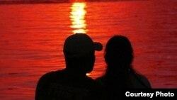 В соцсетях оживленно обсуждают романтическую историю осетинского парня и юной американки. Пользователи осетинского сегмента Facebook предложили предоставить американке югоосетинское гражданство