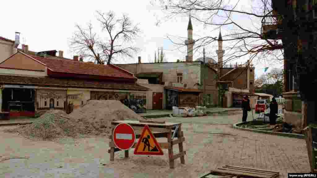 У декількох метрах від православного культового будівлі розташована Мечеть Джума-Джамі. Дорога до неї ремонтується