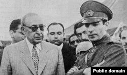 احمد قوام در کنار شاه جوان ایران