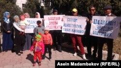 Митинг в поддержку Назиры Асаналиевой в Караколе. 9 октября 2017 года.