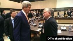 Бельгия - Глава МИД Армении Эдвард Налбандян (справа) беседует с госсекретарем США Джоном Керри, Брюссель, 25 июня 2014 г.