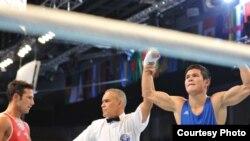 Данияр Елеусинов (справа) после боя с итальянским боксером. Алматы, 23 октября 2013 года.