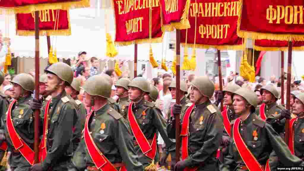 Отдельной колонной прошли реконструкторы и добровольцы, одетые в форму военного и послевоенного периода. Они пронесли штандарты разных фронтов – Украинского, Карельского, Лениградского и других