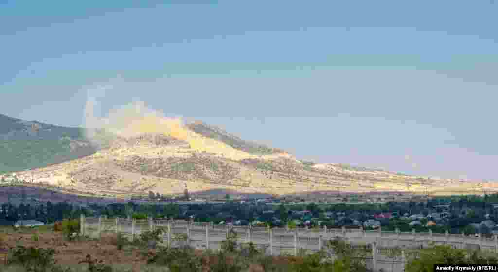 В противоположной стороне «дымит» склон горы Лысый Агармыш. В прошлом году там официально закрыли работающий еще с советских времен карьер «Старокрымский», но одновременно открыли два новых