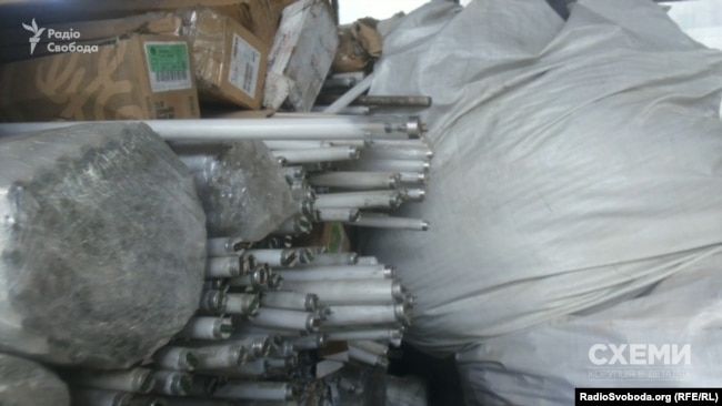 Большое количество люминесцентных ламп на складе «Эконики»