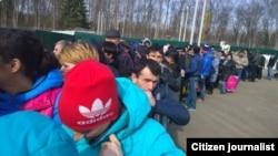 Москва четиндеги Сахарово конушунда жайгашкан Миграция борборуна каттоого туруу үчүн келген Борбор азиялыктар.