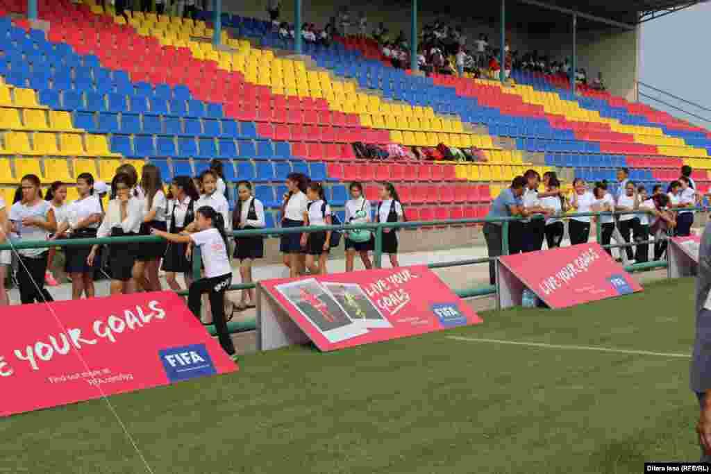 Қыздар футболын дамытуға арналған Live Your Goals фестиваліне қаладағы мектеп оқушылары таңғы сағат 9:30-дан бастап жиналды. Фестивальге 1-6 сыныпта оқитын оқушы қыздар қатысты.