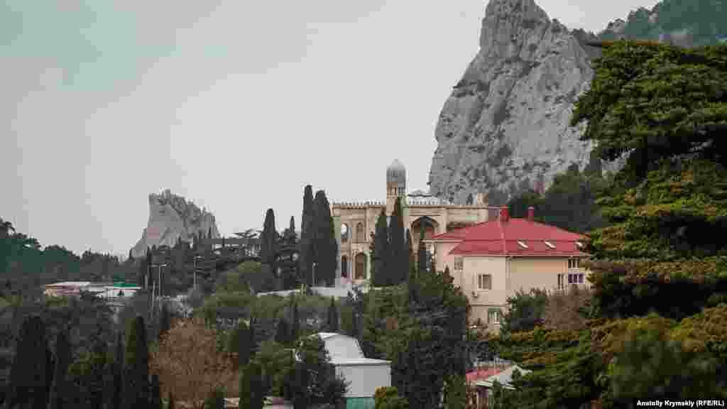 Скала Дива (слева) и гора Кошка – главные памятники природы в поселке