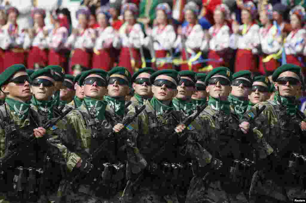 Border guards march during Ukraine's Independence Day military parade in the centre of Kyiv on August 24. (Reuters/Gleb Garanich)