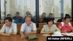 Обвиняемые в «намерении выехать в Сирию для участия в войне» и их адвокаты на судебном процессе. Актобе, 12 июля 2016 года.