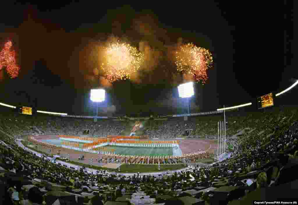 Спалахи святкових феєрверків над московським стадіоном імені Леніна під час церемонії закриття літніх Олімпійських ігор, 3 серпня 1980 року