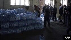 Иллюстративное фото. Работники МЧС Украины разгружают бутыли с водой. Старобольск, Луганская область, август 2014 года