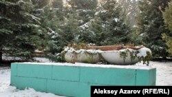 В Алматы сохранился лишь постамент одного из памятников Ленину и Сталину. Декабрь 2011 года.