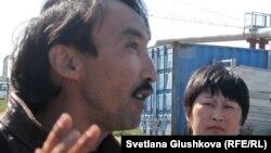 Гражданский активист Болатбек Блялов (на переднем плане).