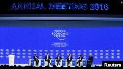 نخست وزیران هلند، یونان و فرانسه همراه با وزیر امور دارایی آلمان و رئیس کمیسیون تجارت اروپا در نشستی مجمع جهانی اقتصاد