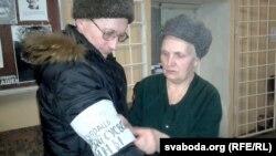Павязку супраць вайны павязвае бабуля палітвязьня Яўгена Васьковіча Тамара Ўладзімераўна