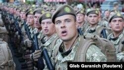 Украинские военные на репетиции парада, приуроченного ко Дню Независимости. Киев, 16 августа 2017 года.
