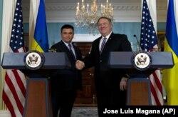 Голова МЗС України Павло Клімкін (ліворуч) і держсекретар США Майк Помпео під час спілкування із журналістами. Вашингтон, 16 листопада 2018 року