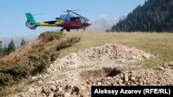 Вертолет доставил иностранных геодезистов к шурфу, сделанному буровой установкой. Алматы, 9 октября 2013 года.