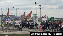 Udhëtarët dhe punëtorët e Aeroportit Ndërkombëtar Hollivud duke u evakuuar pas të shtënave
