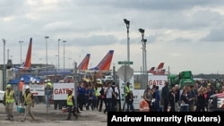مردم در حال خروج از فرودگاه بینالمللی فورت لادردیل در ایالت فلوریدا