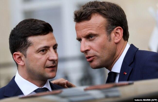 Президент України Володимир Зеленський (ліворуч) і президент Франції Емманюель Макрон на пресконференції в Парижі, 17 червня 2019 року