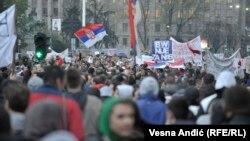 Белградда Вучичга қарши намойиш. 5 апрель, 2017 йил.