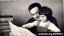 Іван Мележ з дачкой Ларысай, 1965 г. З фондаў БДАЛМ
