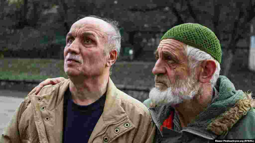 «Veciye Kaşka davasınıñ» mabüsi Asan Çapuh (soldan) ve faal Enver Muslâdinov