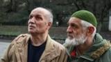 Зліва – фігурант «справи Веджіє Кашка» Асан Чапух після засідання суду, на якому його перевели під домашній арешт, 24 січня 2019 року